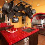 красная столешница для кухни