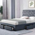 серая кровать с выдвижными ящиками
