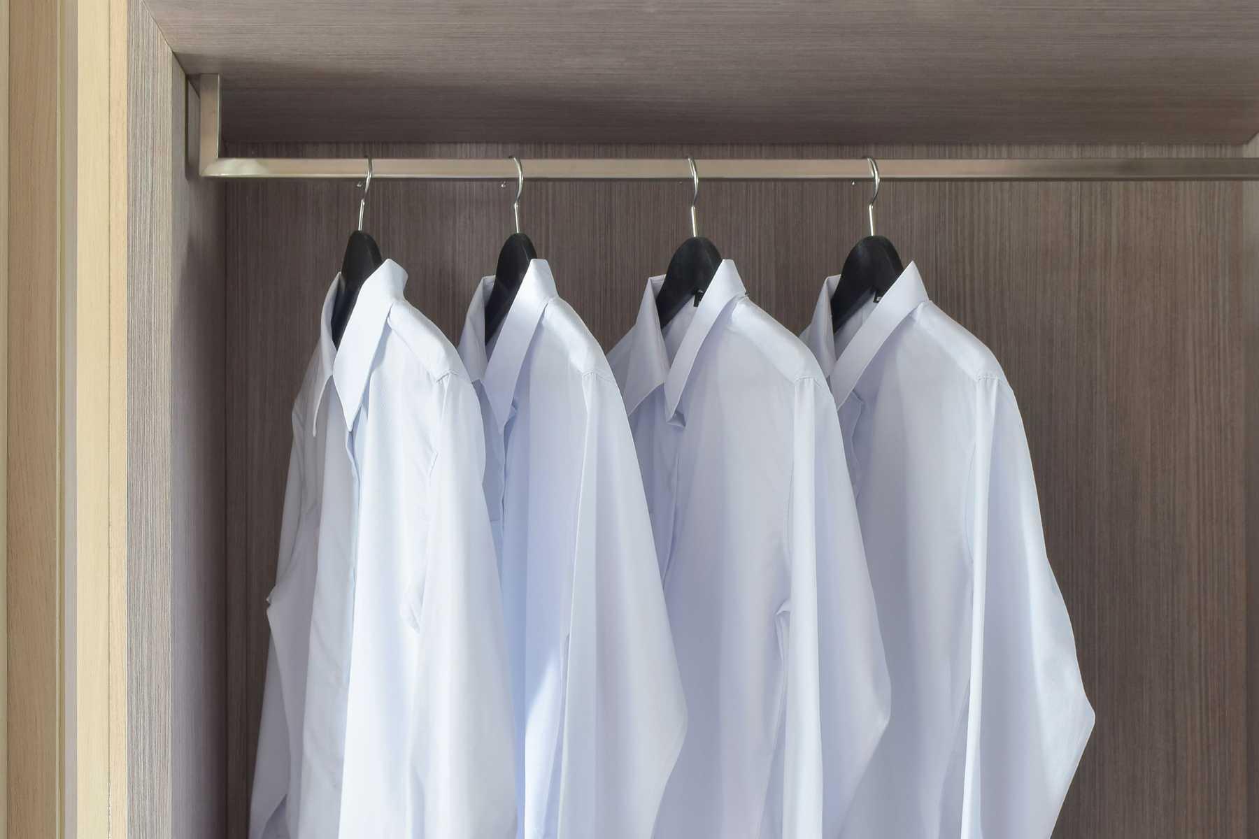 рубашки в шкафу