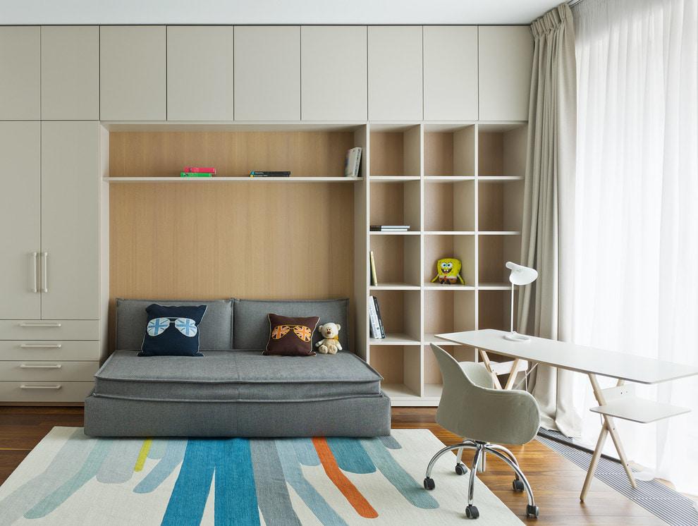 серый диван в спальне