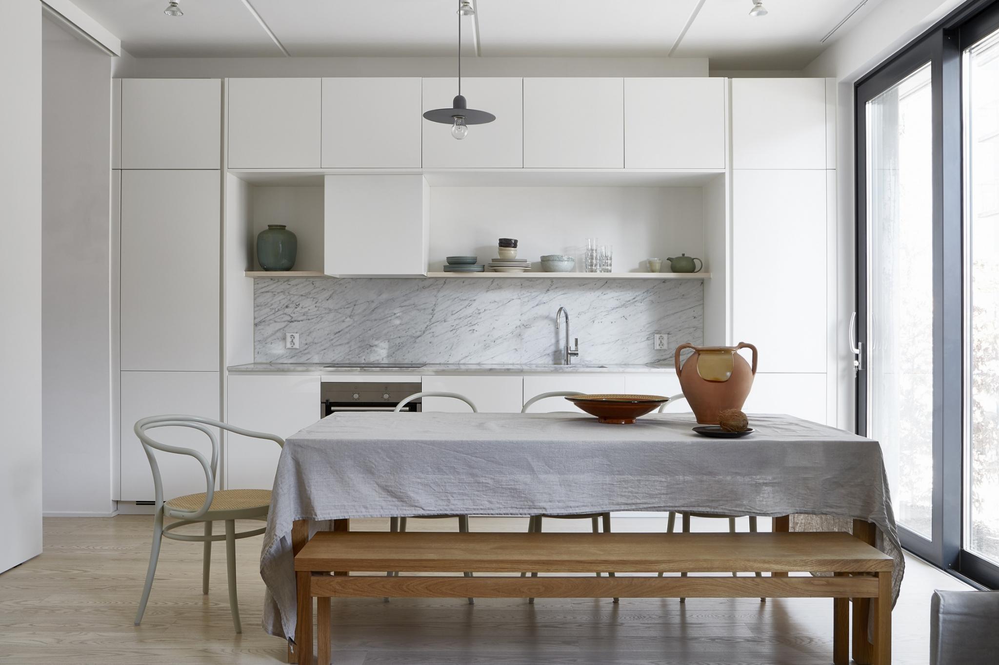 гарнитур в одном стиле на кухне