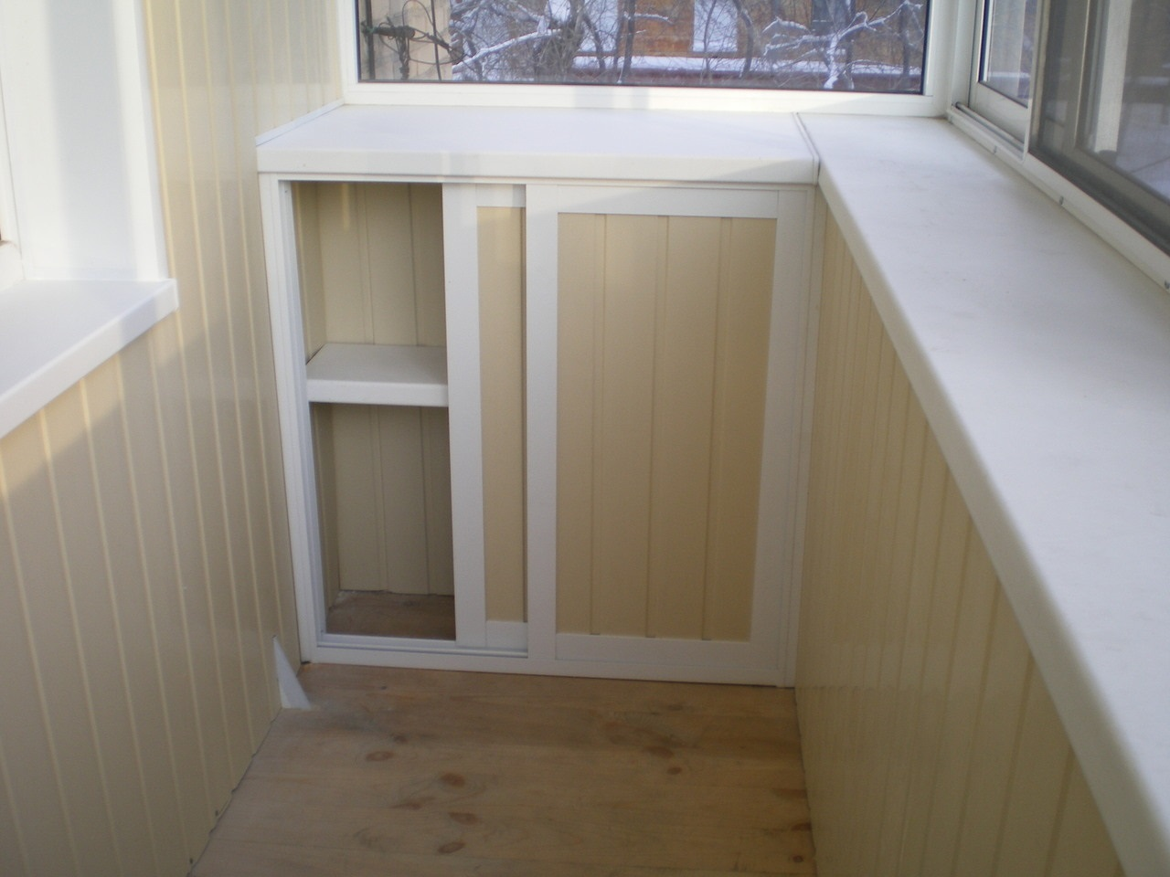 шкаф на балконе под подоконником