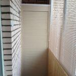 шкаф на балкон с жалюзи