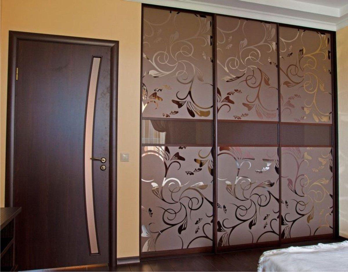 шкаф с узорами на стекле