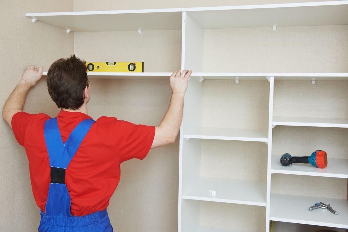 мастер делает шкаф