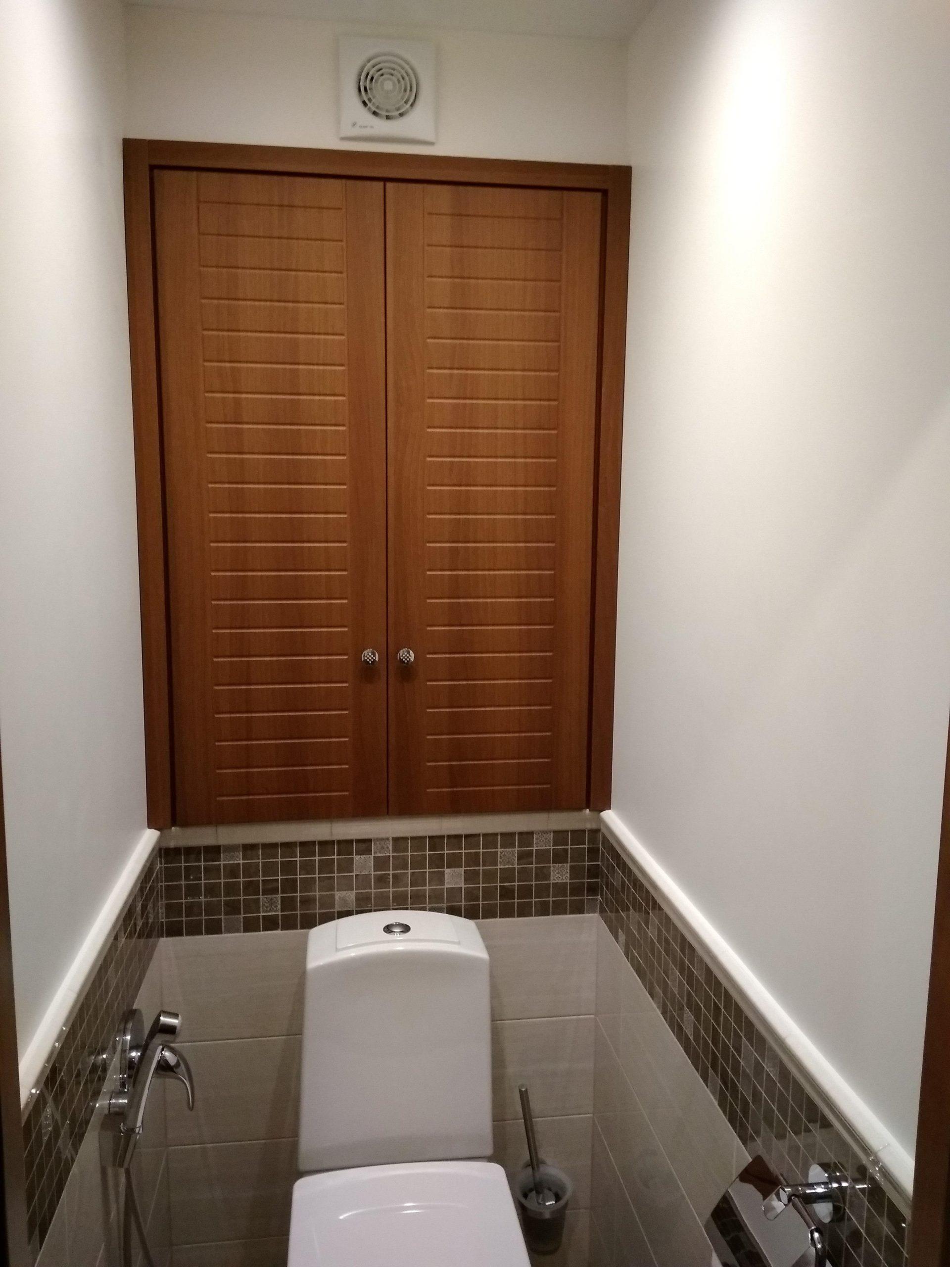 шкаф в туалете коричневый