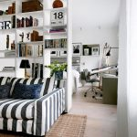 стеллаж за диваном