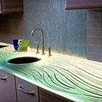 необычная стеклянная столешница для кухни