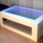стол с эффектом бесконечности с белым каркасом