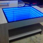 стильный стол с эффектом бесконечности