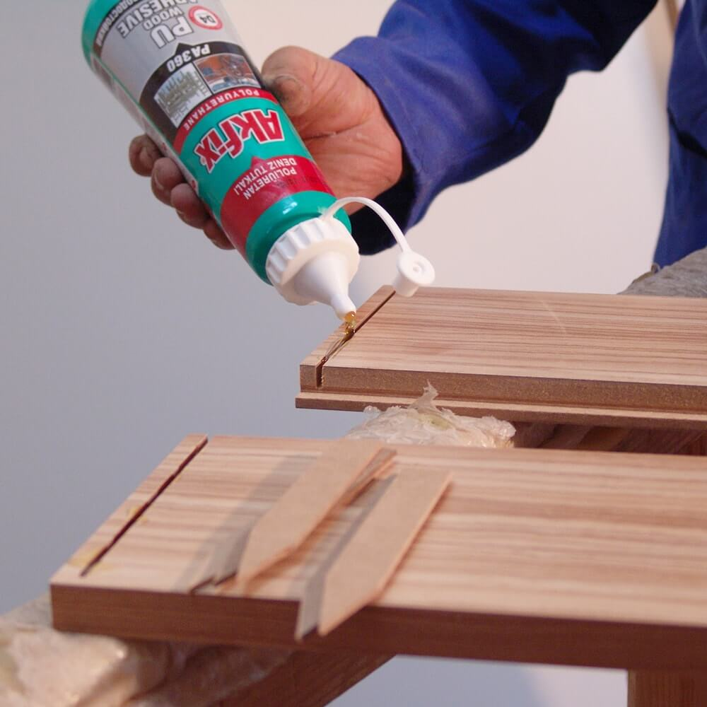 клейка деревянного стула