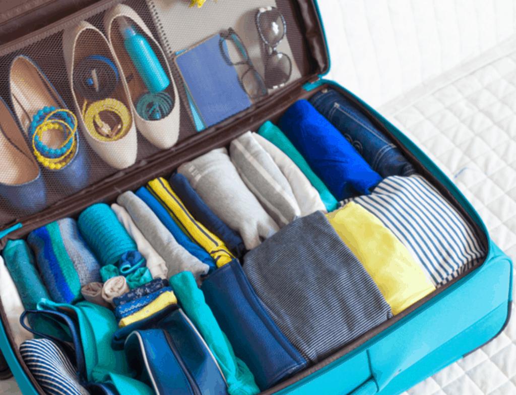 чемодан с одеждой