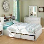 большая белая кровать с выдвижными ящиками