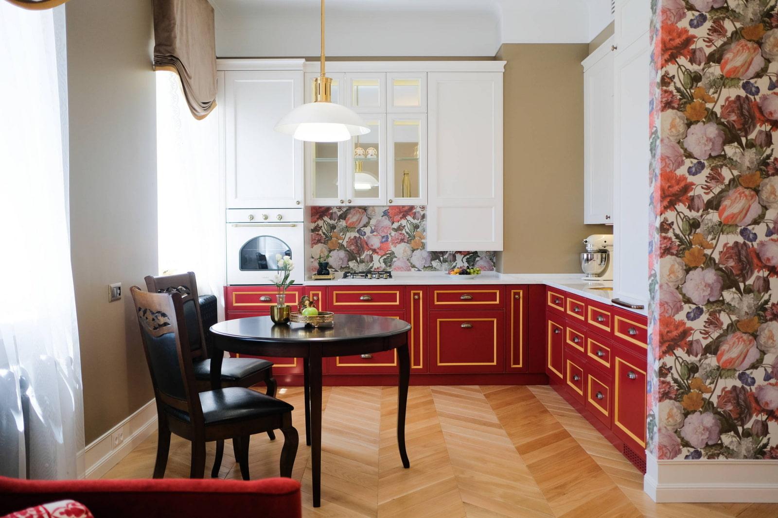 яркая небольшая кухня