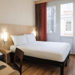 узкая комната кровать