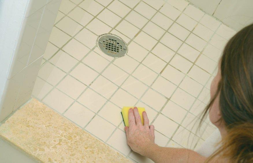 очищать пол в ванной комнате от плесени