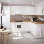 белый кухонный гарнитур с бежевым