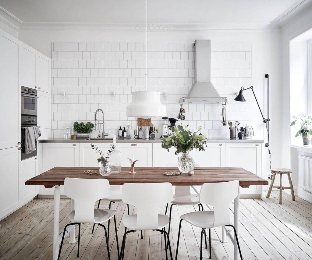 обеденный стол на белой кухне