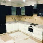 белый кухонный гарнитур с черным и бежевым