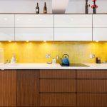 белый кухонный гарнитур с желтым и коричневым