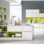 белый кухонный гарнитур с салатовым