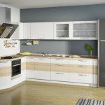 белый кухонный гарнитур с ковром