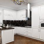 белый кухонный гарнитур с люстрой