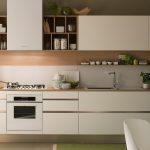 белый кухонный гарнитур с кофейным