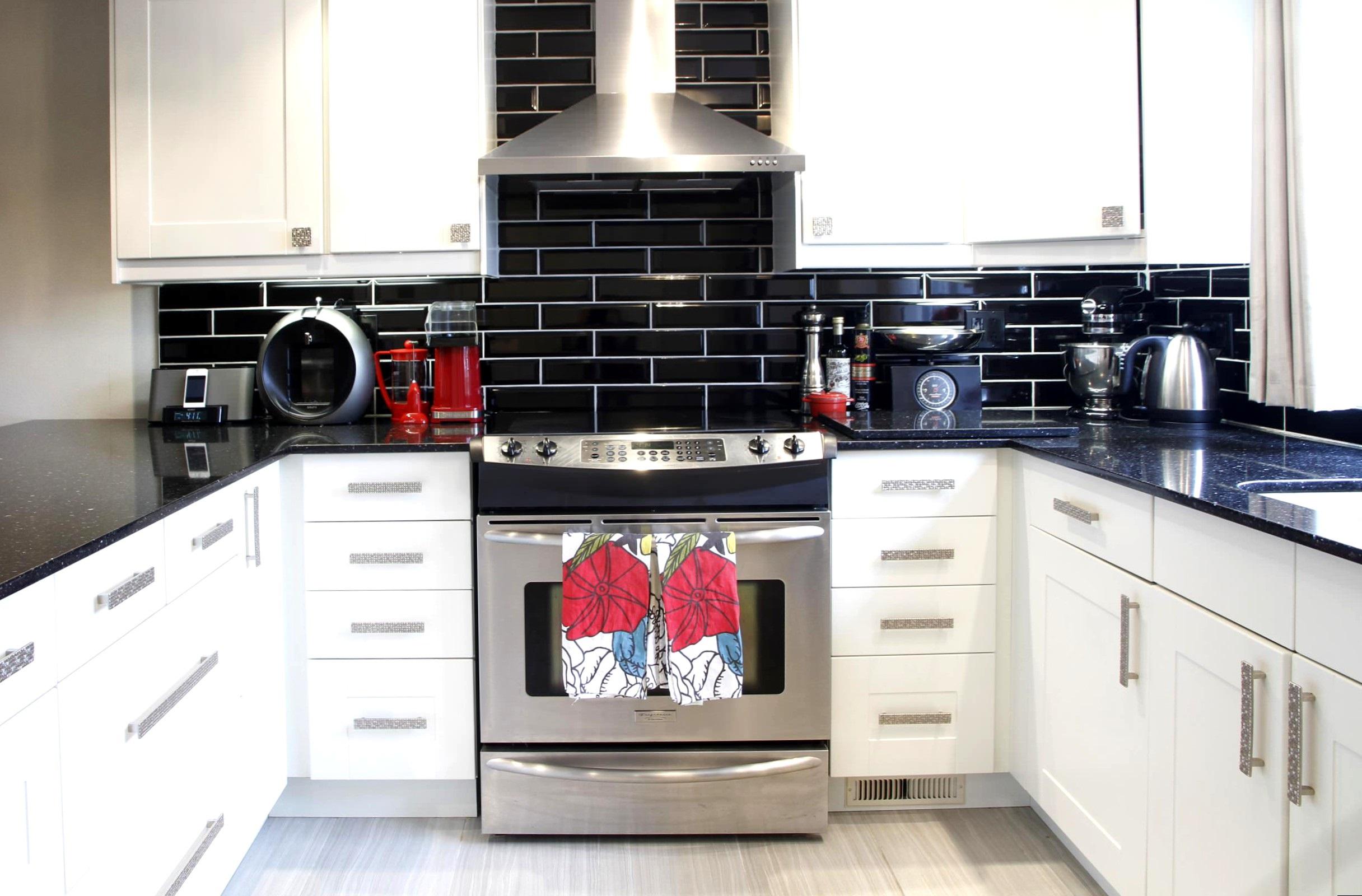 оформление стены на белой кухне