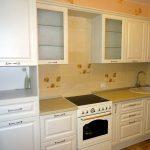 белый кухонный гарнитур с желтым кафелем
