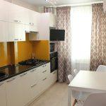 белый кухонный гарнитур со шторами