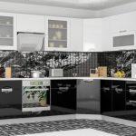 белый кухонный гарнитур с серой плиткой