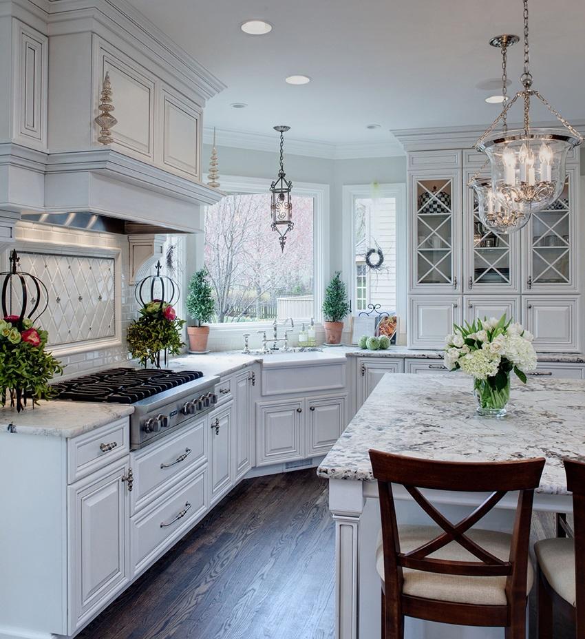 цветы в горшках на белой кухне