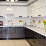 белый кухонный гарнитур с черными шкафами снизу
