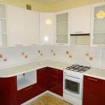 белый кухонный гарнитур с красным