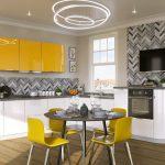 белый кухонный гарнитур с желтым