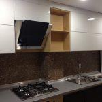 белый кухонный гарнитур с плитой