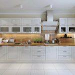 белый кухонный гарнитур с деревом