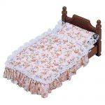 кукольная кровать с покрывалом