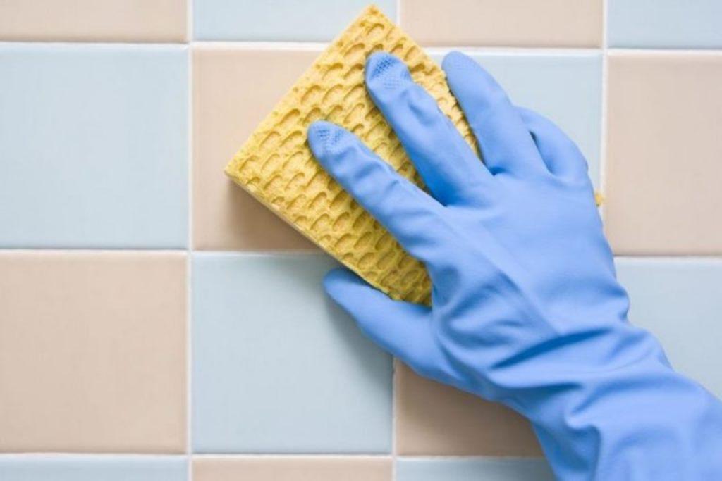 чистка плитки в ванной комнате