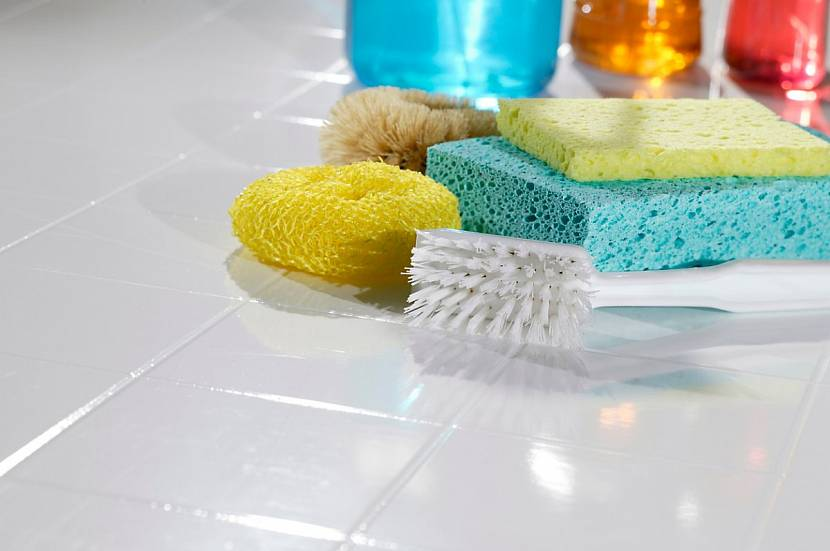 чистая плитка в ванной