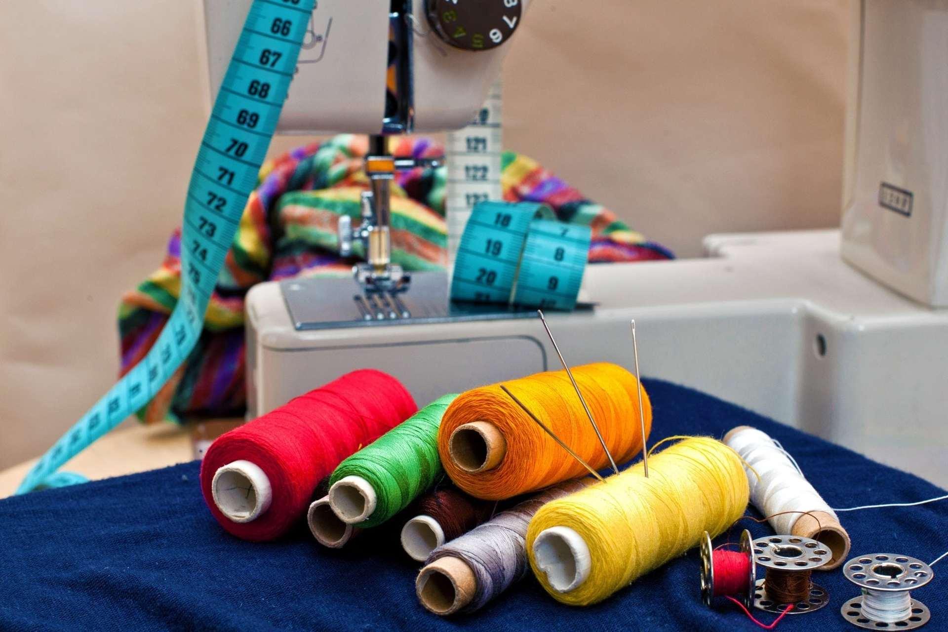 швейная машинка нитки булавки