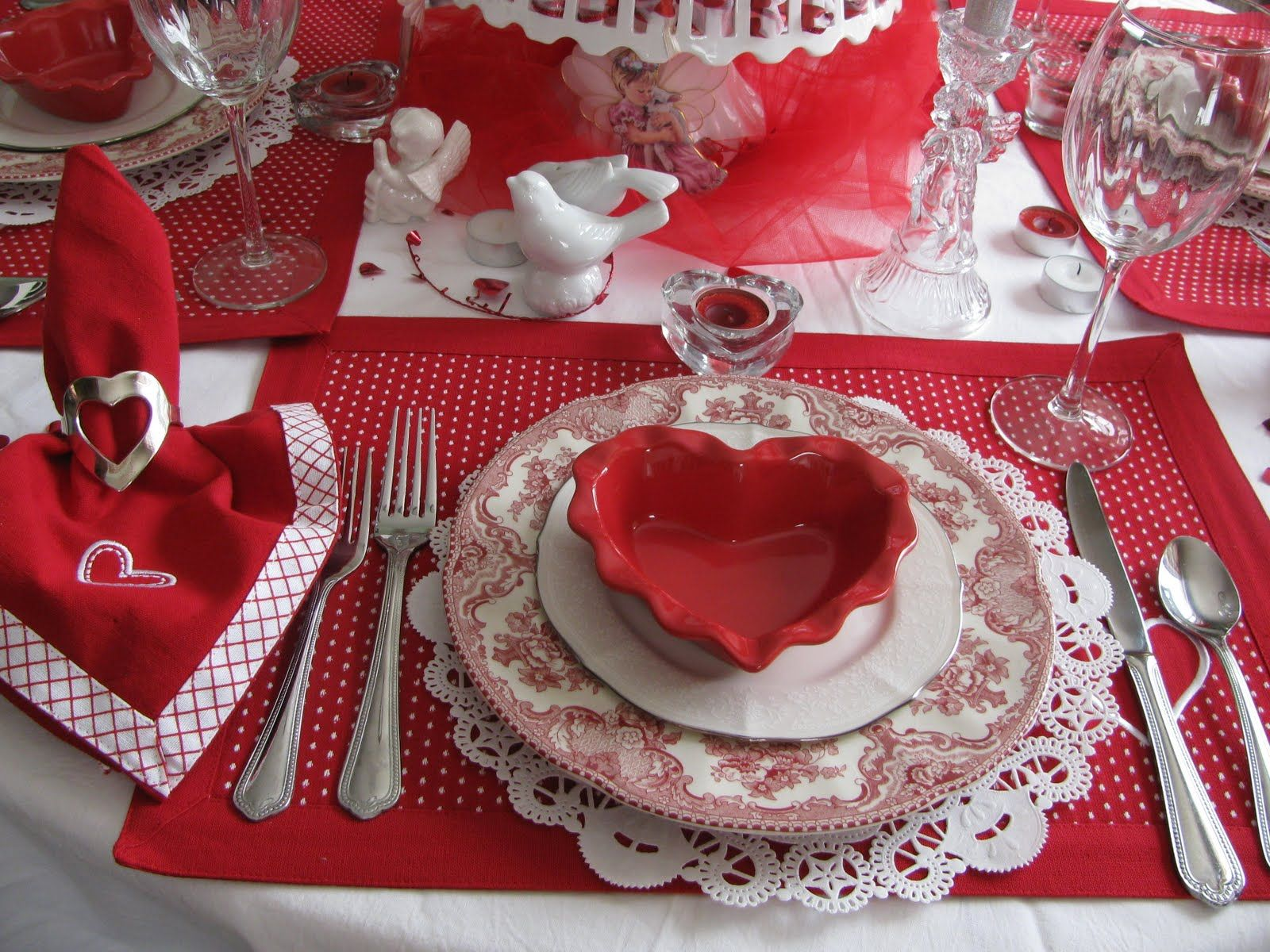 декор стола на день влюбленных