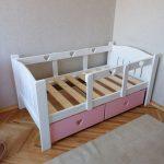 детская кровать с бортиками интерьер