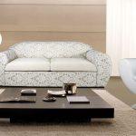 диван с низким столиком