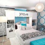 бело-бирюзовая комната для девушек
