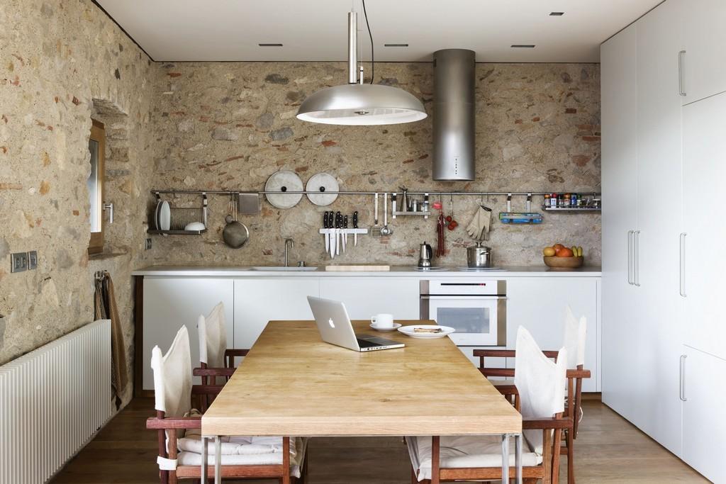 кухня без верхних шкафов с рейлингом
