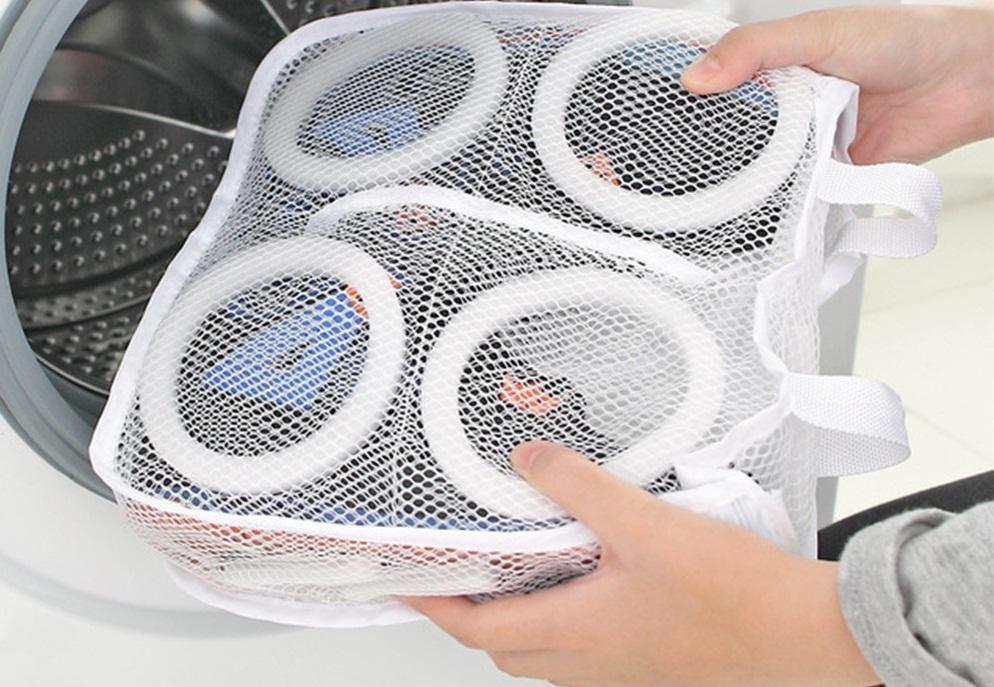 для стирки кроссовок используют специальный мешок