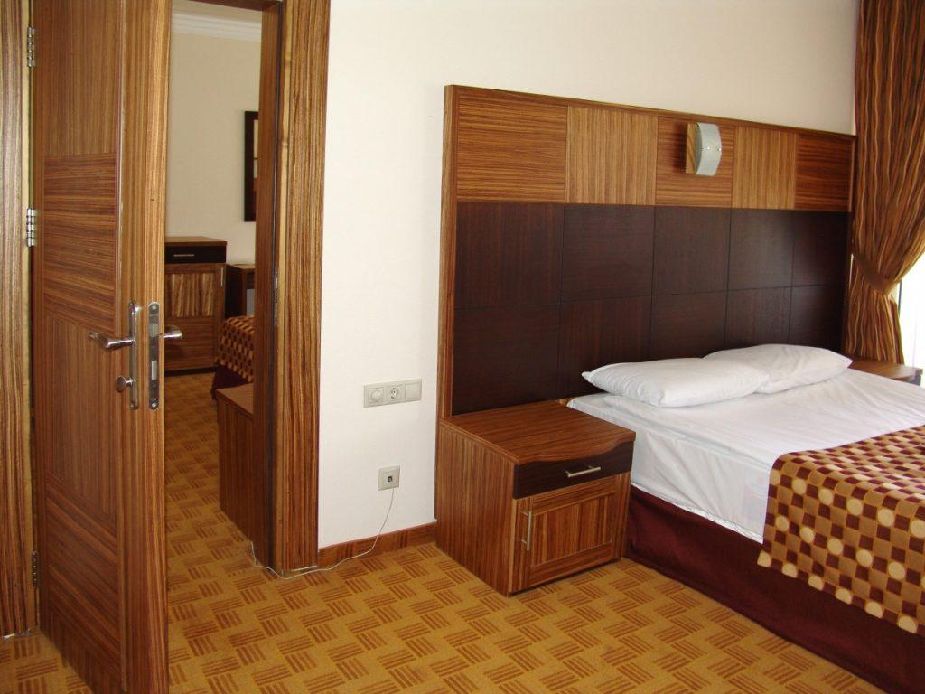 дверь около кровати