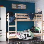 двухъярусная кровать икеа с синей стеной